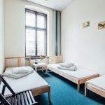 Wygodny pokój dla trzech osób w hostelu
