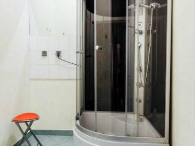 Prysznic w łazience w hostelu w centrum miasta