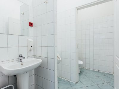 Funkcjonalnie urządzona łazienka w hostelu w Katowicach