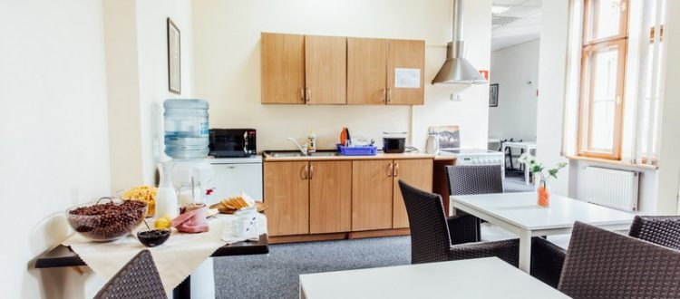Kuchnia i jadalnia w hostelu Katowice