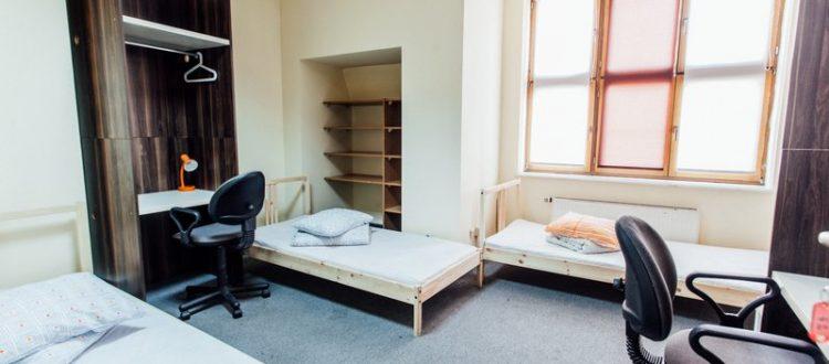 Pokój kilkuosobowy z biurkiem w hostelu przy rynku w Katowicach