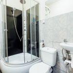 Łazienka z prysznicem w pokoju noclegowym